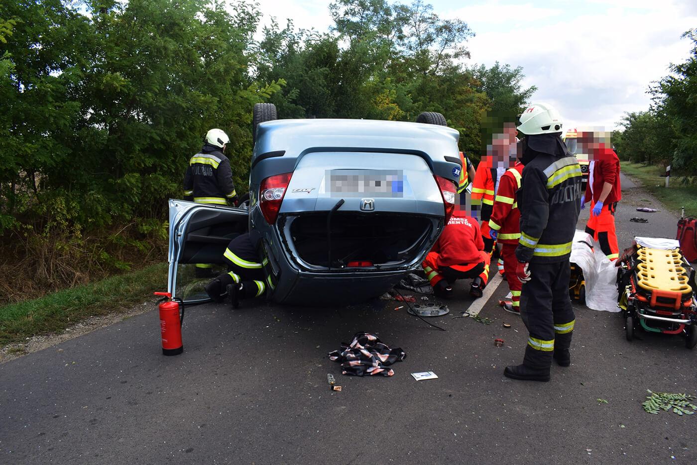 Felborult egy autó, megsérült a vezető