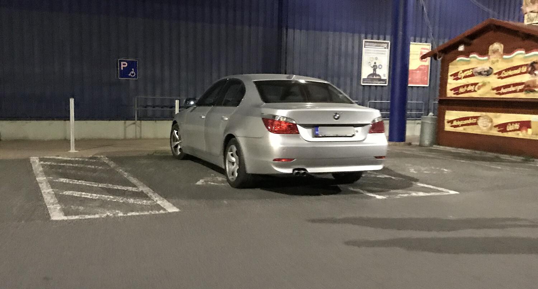 Újabb mutatványos mutatja be, hogyan ne parkoljunk az áruházak parkolóiban