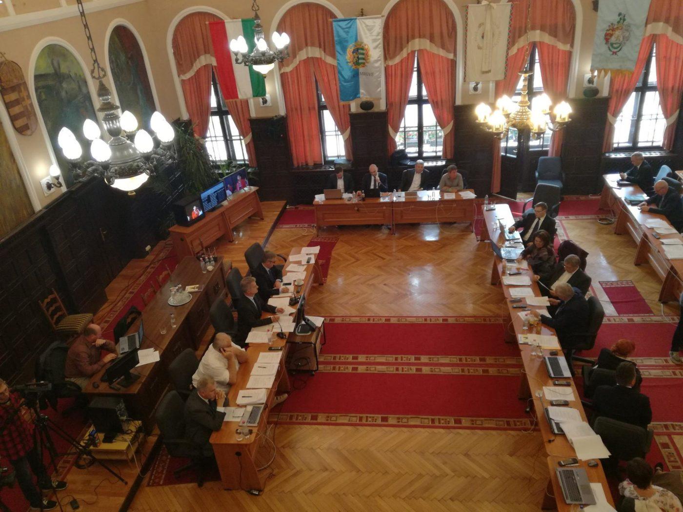 A képviselő testület felújításokról, támogatásokról döntött