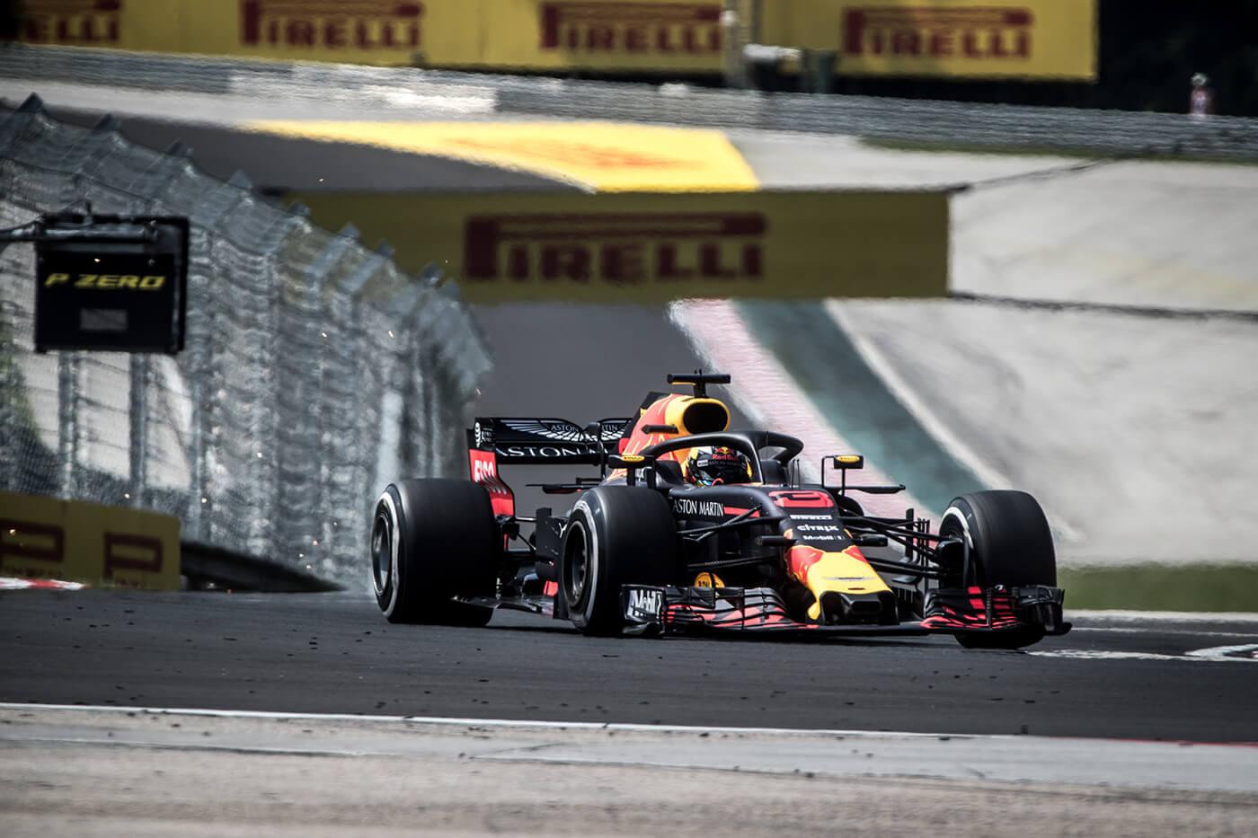 Ricciardo indul az élről, Hamilton Vettel előtt