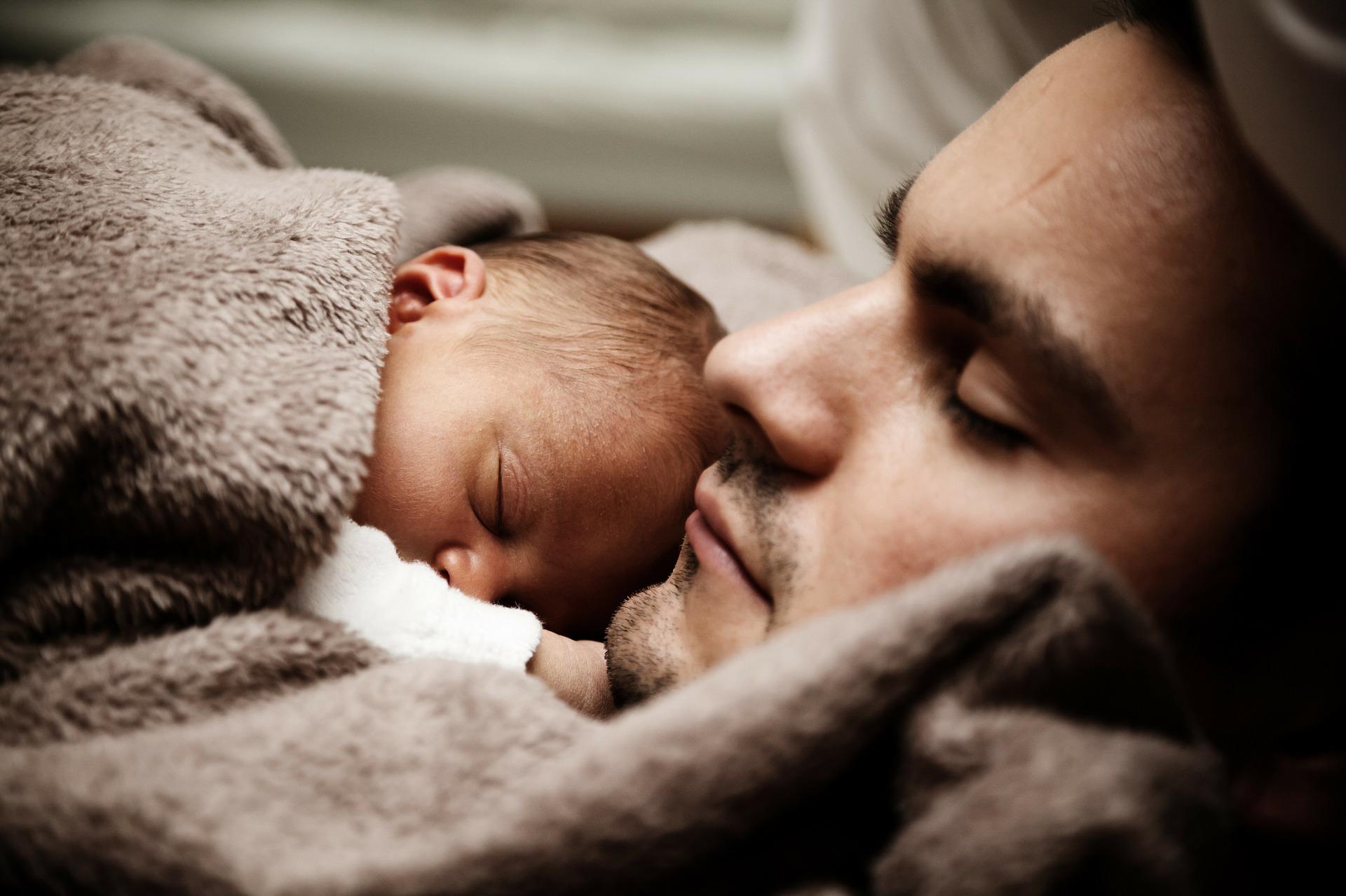 Minden második apa szívesen otthon maradna a gyerekkel