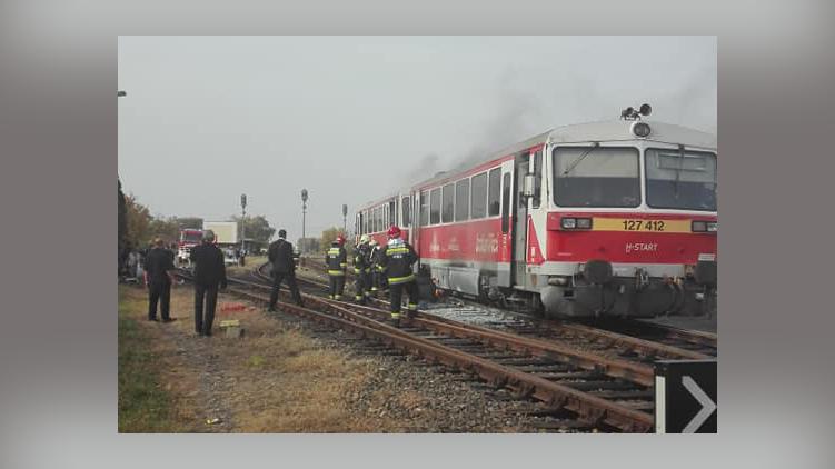 Tűz ütött ki egy vonat motorterében Gyulán