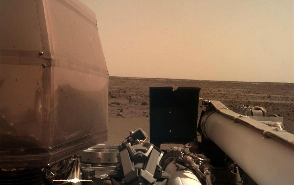Íme az InSight űrszonda fényképe a Mars felszínéről