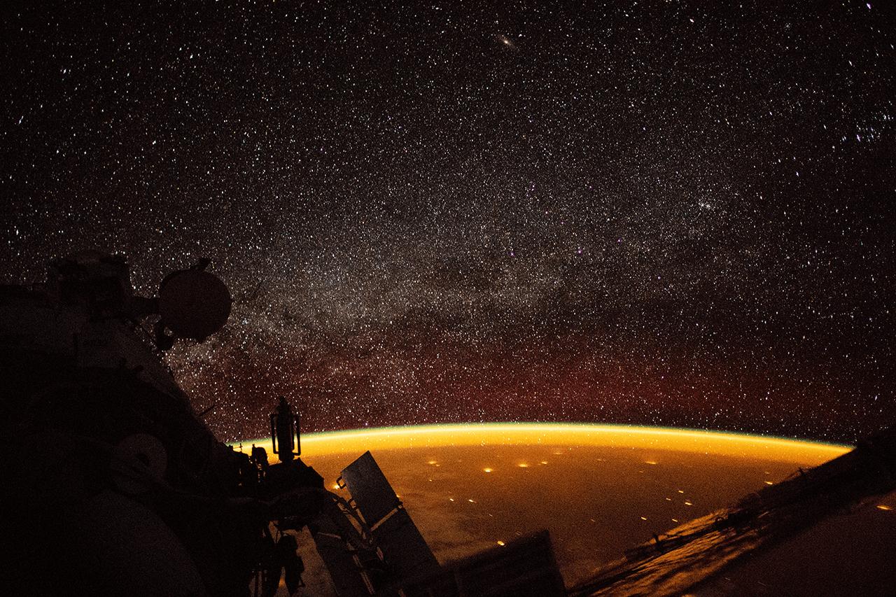 Sárgán izzik a légkör a NASA fotóján