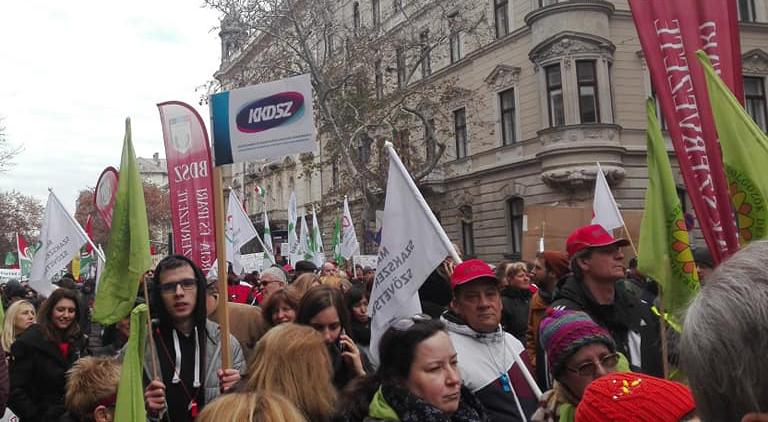 Több ezren tüntettek a túlmunka ellen Budapesten