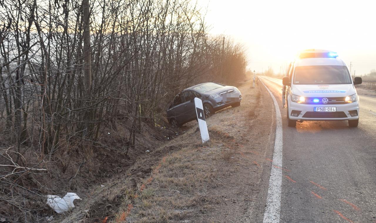 Megcsúszott és lesodródott az útról egy személygépkocsi Mezőberénynél