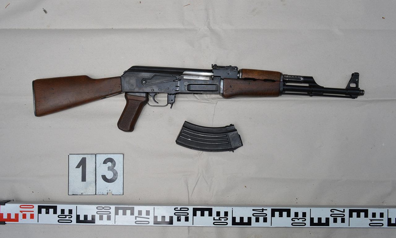 Négy fegyvert és több mint ezer lőszert rejtegettek Nagyszénáson és Orosházán
