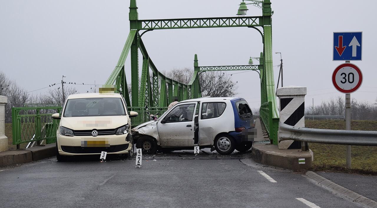 Személygépkocsik ütköztek Gyulán és Dévaványán