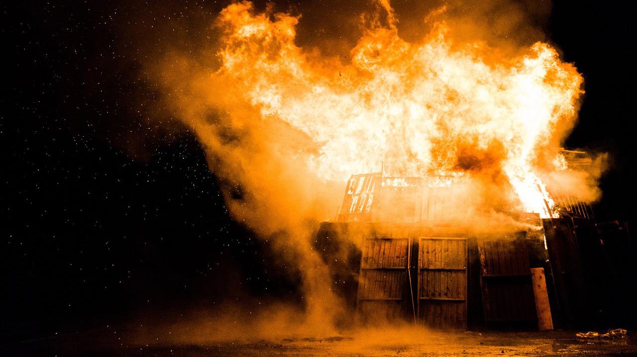 Teljesen kiégett egy garázsépület hétfő este Sarkadon