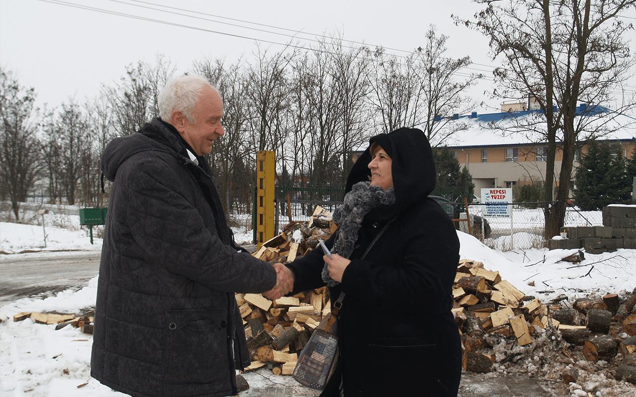 Tűzifa vásárlási utalványokat ajánlott fel rászorulóknak Herczeg Tamás