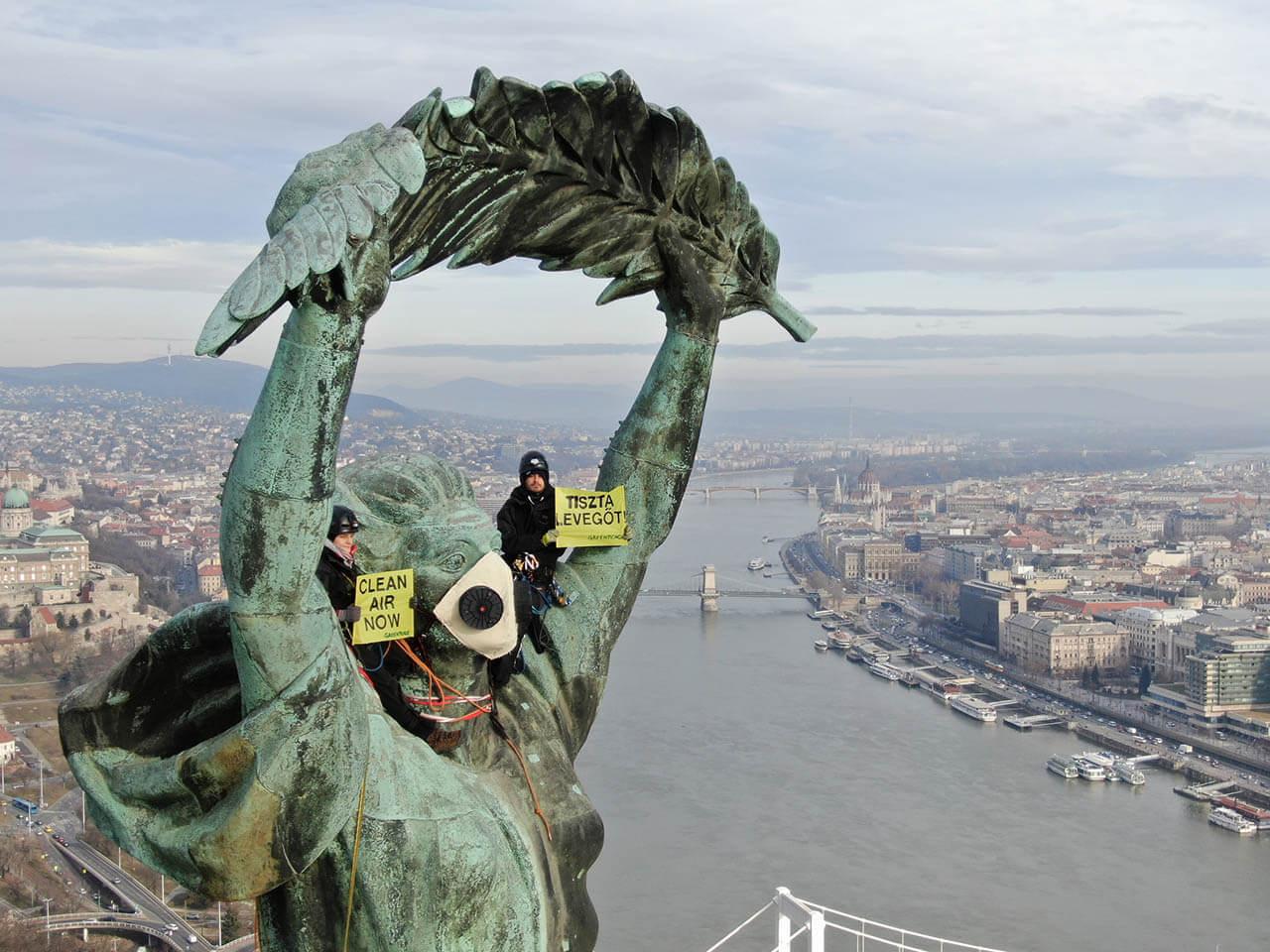 Greenpeace-aktivisták a budapesti Szabadság-szobor tetején