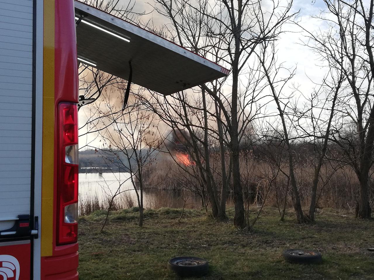 Leégett a nádas egy része az egykori bányatónál Békéscsabán