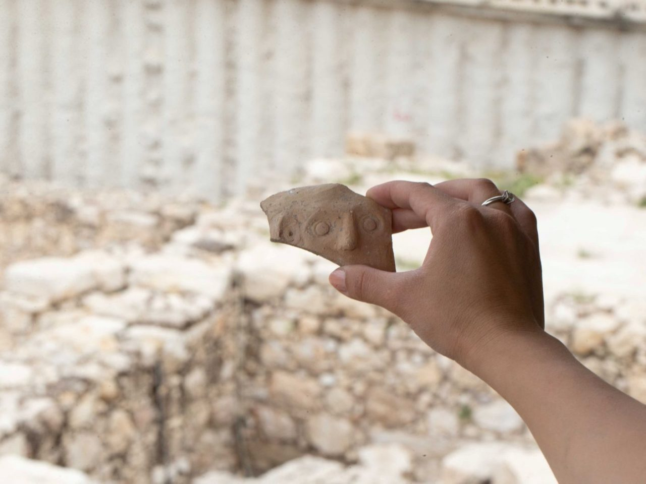 Emberi vonásokat ábrázoló 2500 éves cseréptöredéket találtak Jeruzsálemben