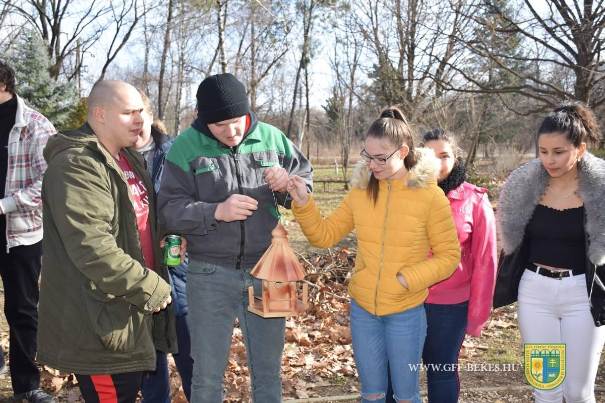 Iskolai park kialakításában segítettek a békési diákoknak