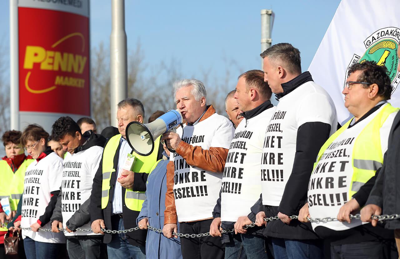 Tejtermelők tüntettek a Penny Market Kft központjánál
