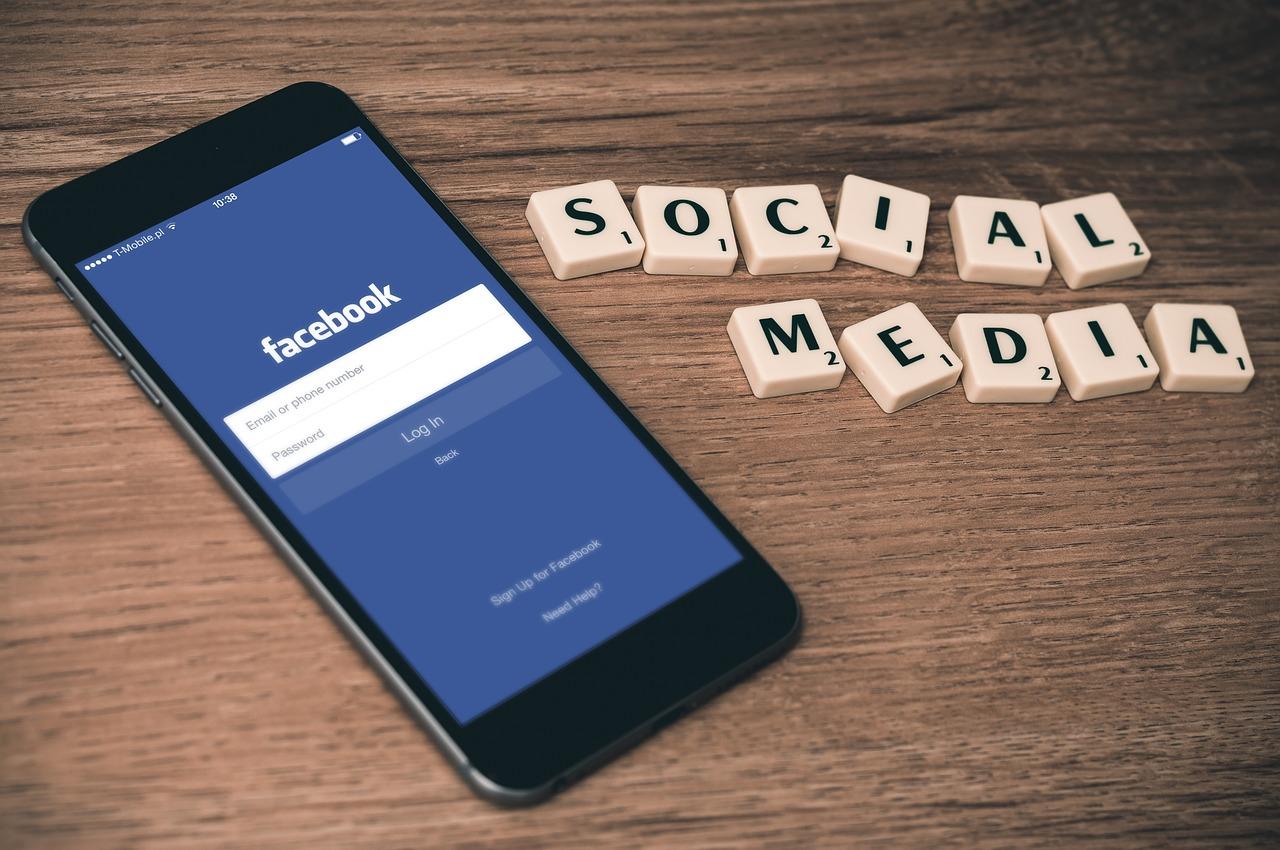 DK: a kormány cenzúrázni akarja a Facebookot