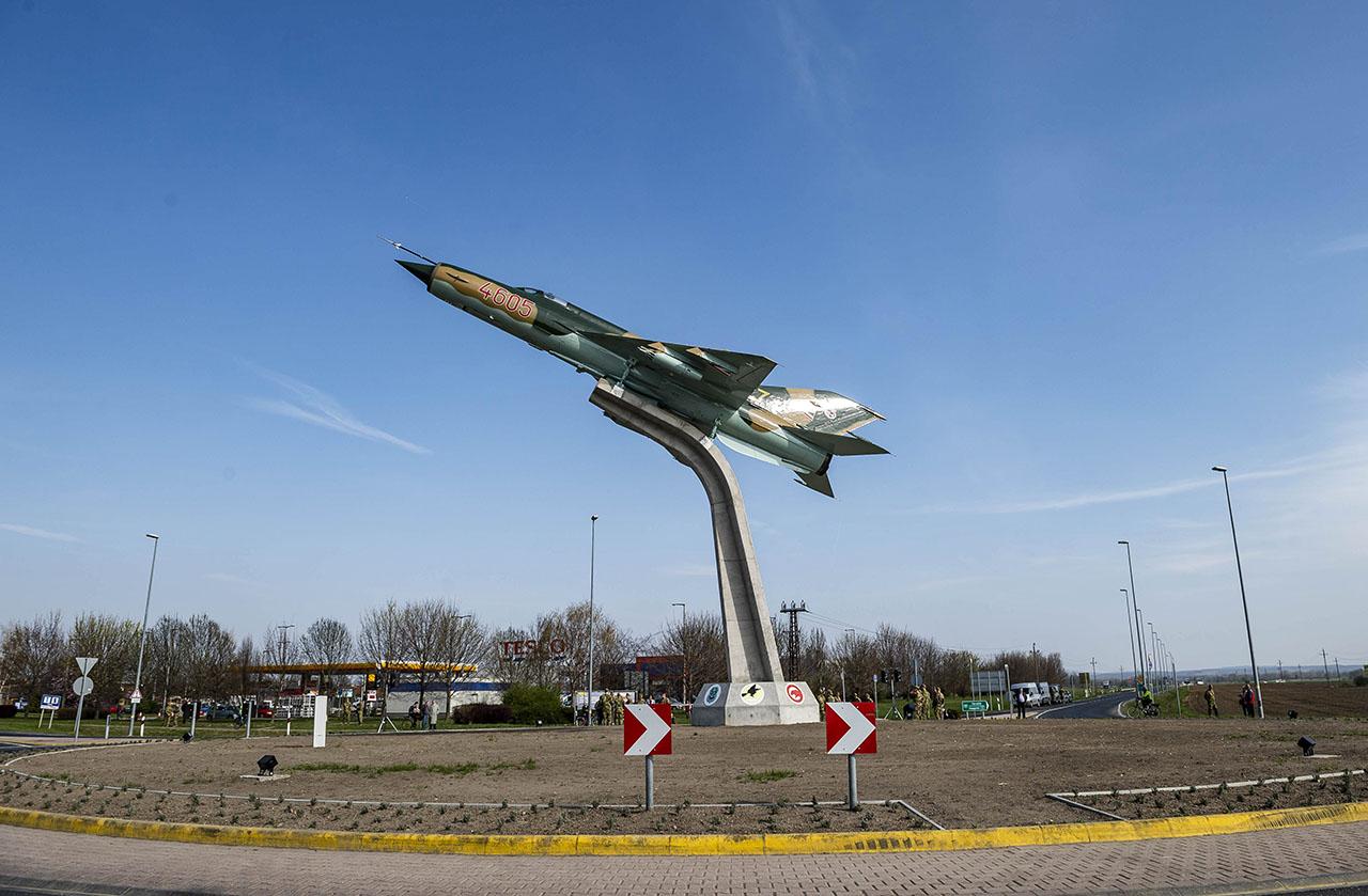 Katonai emlékművet és utasforgalmi terminált adtak át Pápán