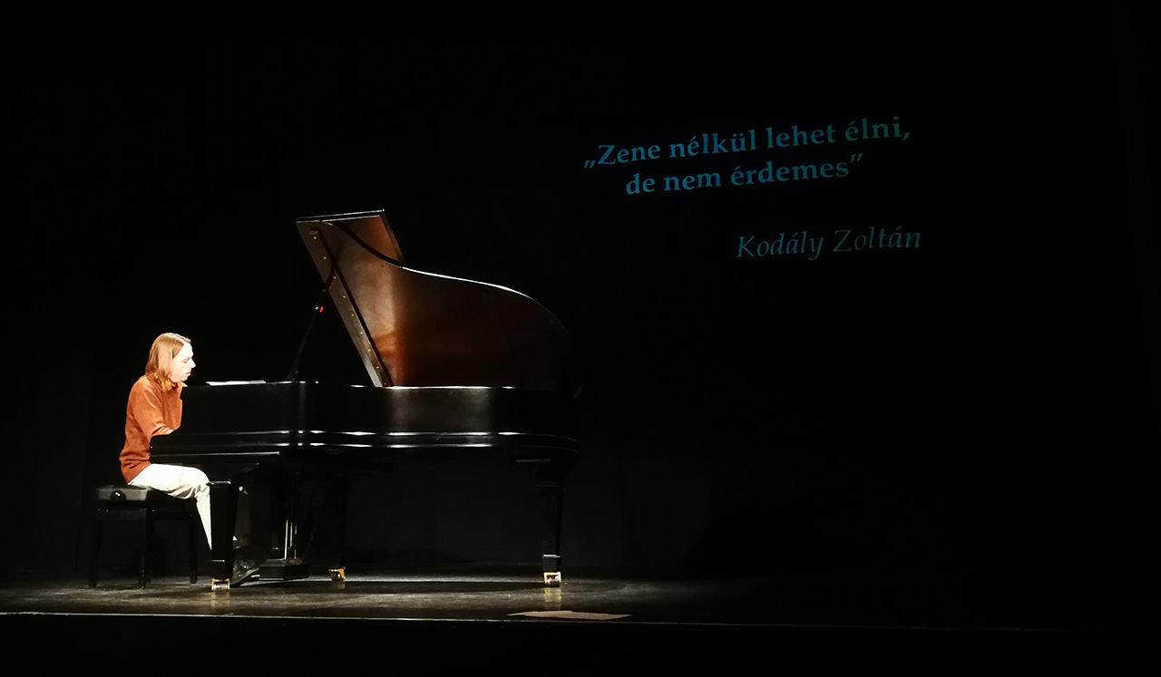 Interaktív zenetörténeti órát adott gyerekeknek Tóth Péter zongoraművész