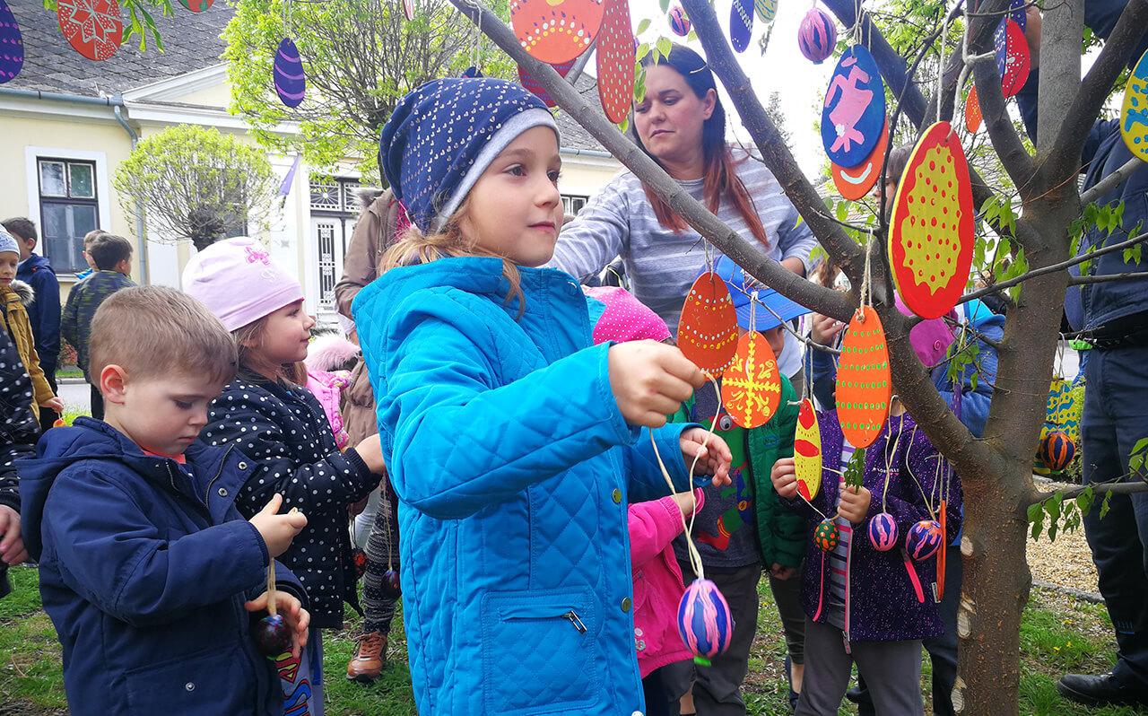 A hagyományokat követve idén is tojásfát állítottak Gyulán