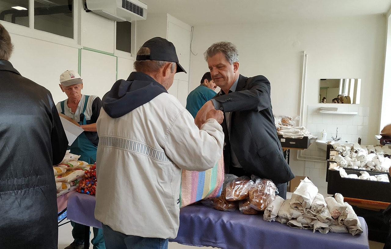 Ételt osztottak a rászorulóknak Békéscsabán