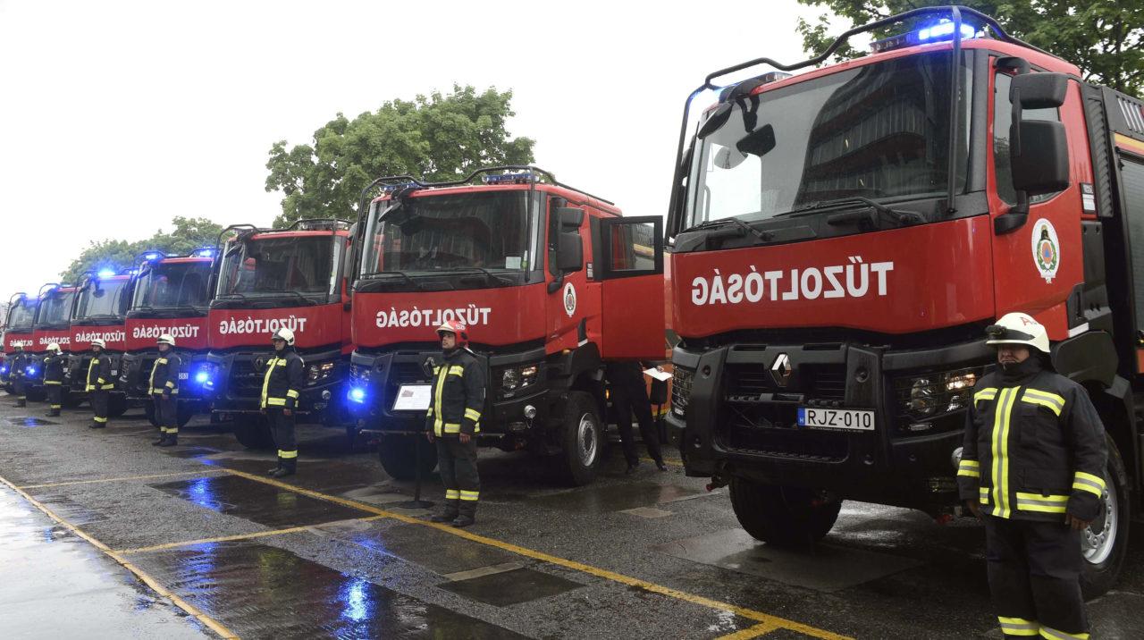 Huszonhat új tűzoltóautó a katasztrófavédelemnél