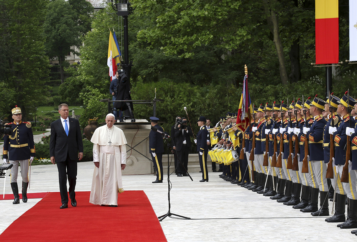 Megkezdte háromnapos apostoli látogatását Romániában Ferenc pápa