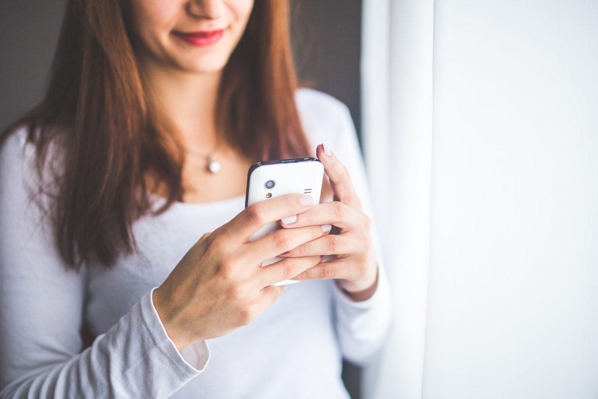 A telefonon internetezők kétharmada már éjjel-nappal a neten lóg
