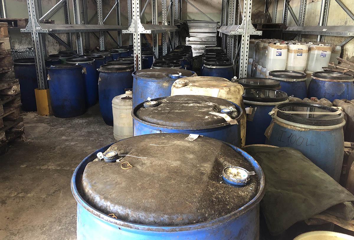 Több mint 7000 liter igazolatlan eredetű párlatot találtak a Békés megyei bérfőzdében (Videó)