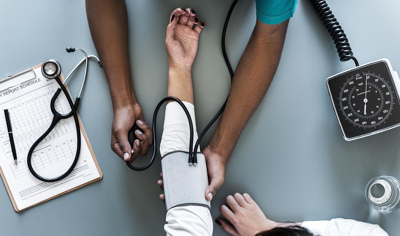 Már az egészségügyi szolgáltatásokkal is csalnak