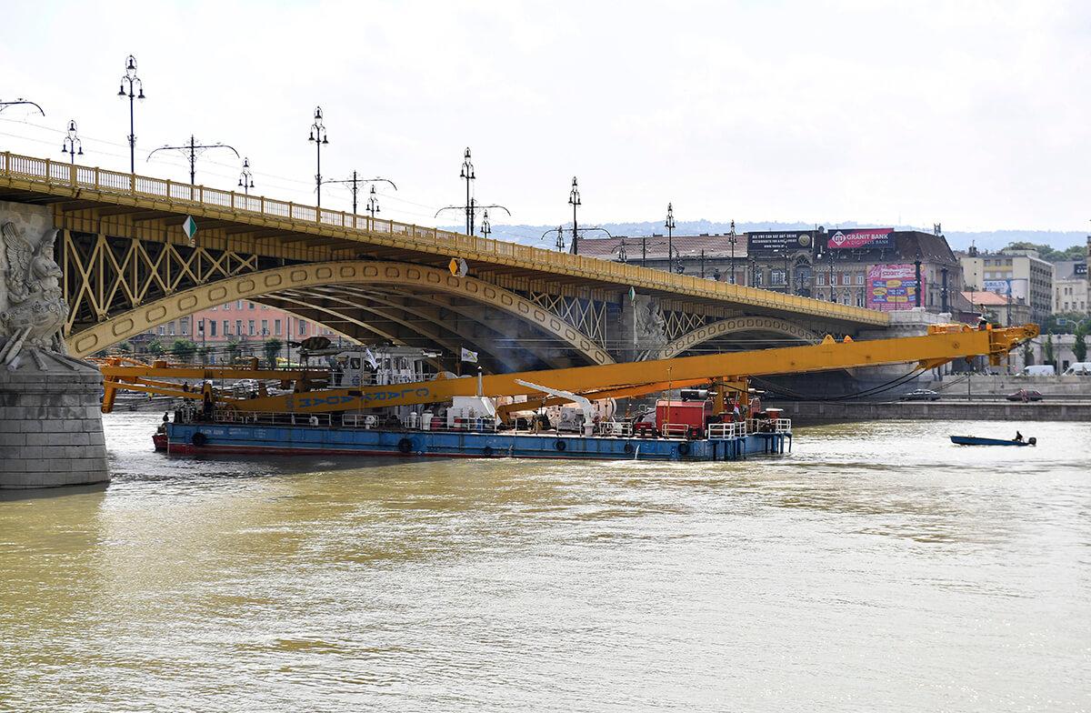 Dunai hajóbaleset – Négy hevedert vezetnek át a Hablány alatt a kiemeléshez