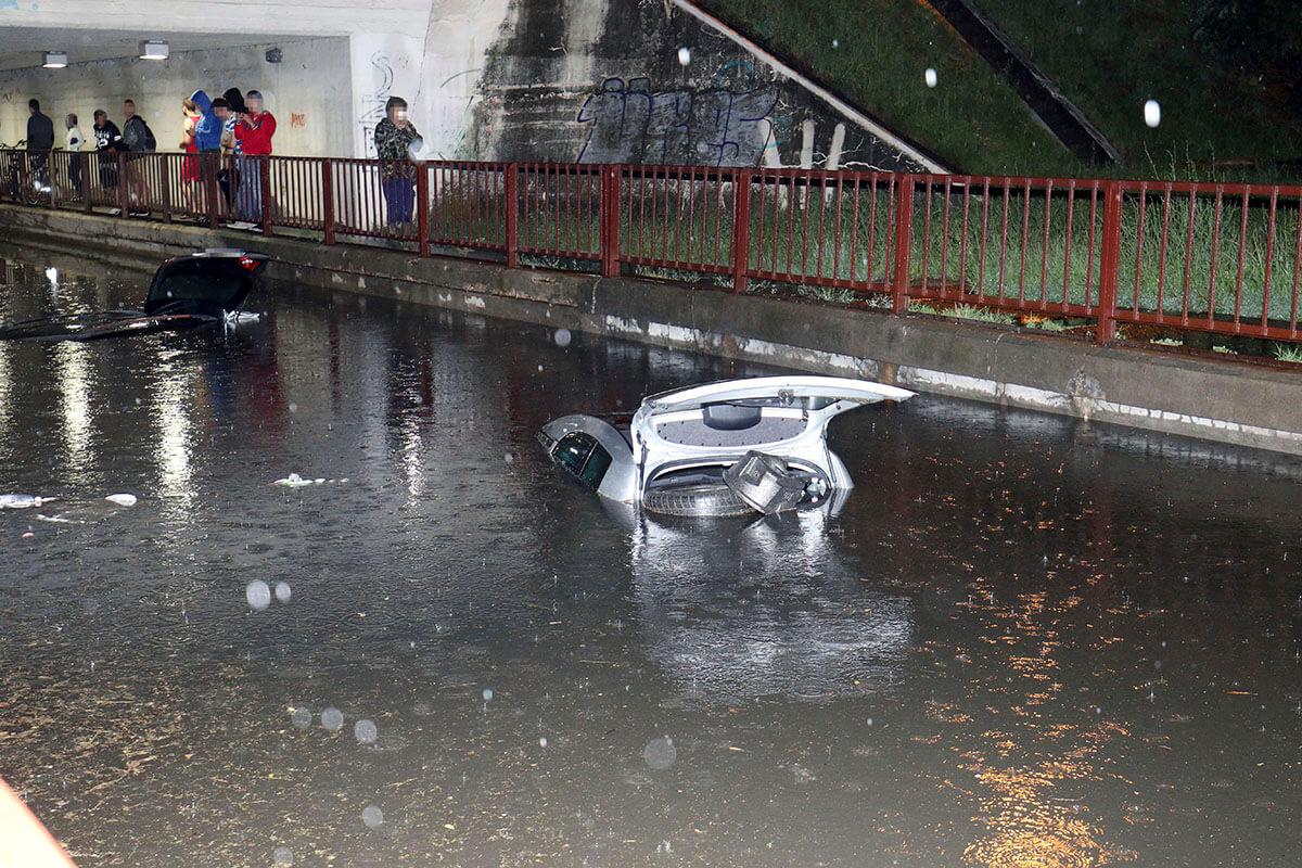 Úsztak az autók a vízben a hatalmas szolnoki felhőszakadás után