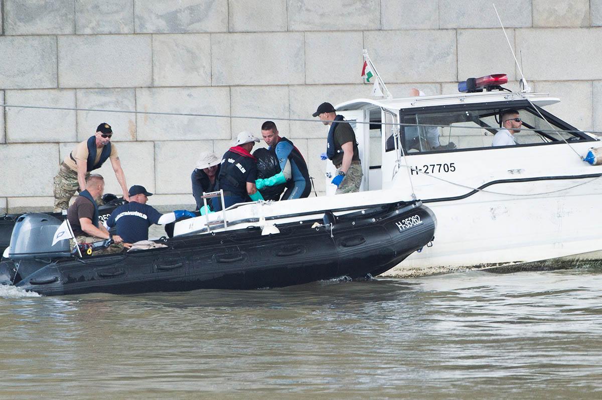 Dunai hajóbaleset – Újabb áldozatot emeltek ki a Dunából, a hajóroncsnál