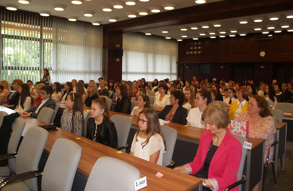 Közel 230 diákot és pedagógust köszöntöttek
