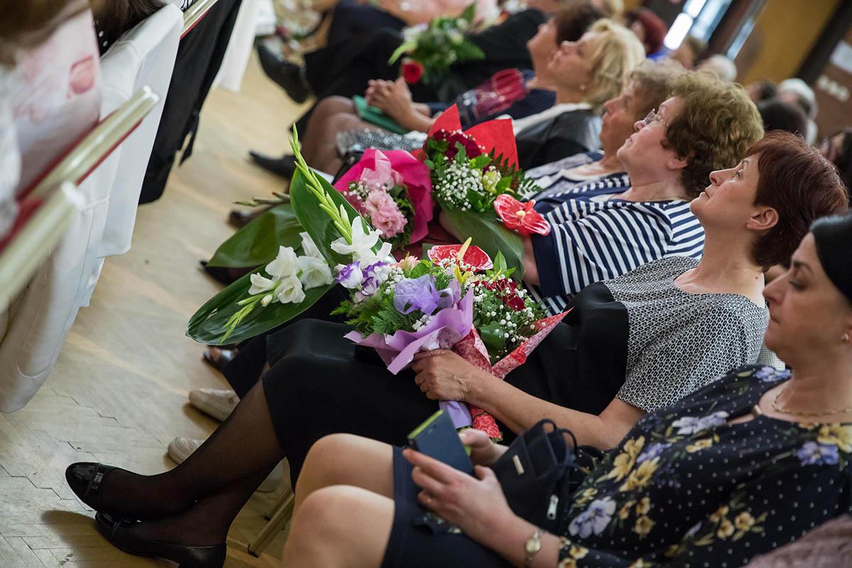 Pedagógusnapi virágáradat a kulturális központban