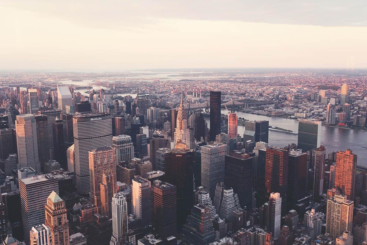 Helikopter zuhant egy felhőkarcolóra New York Manhattan negyedében