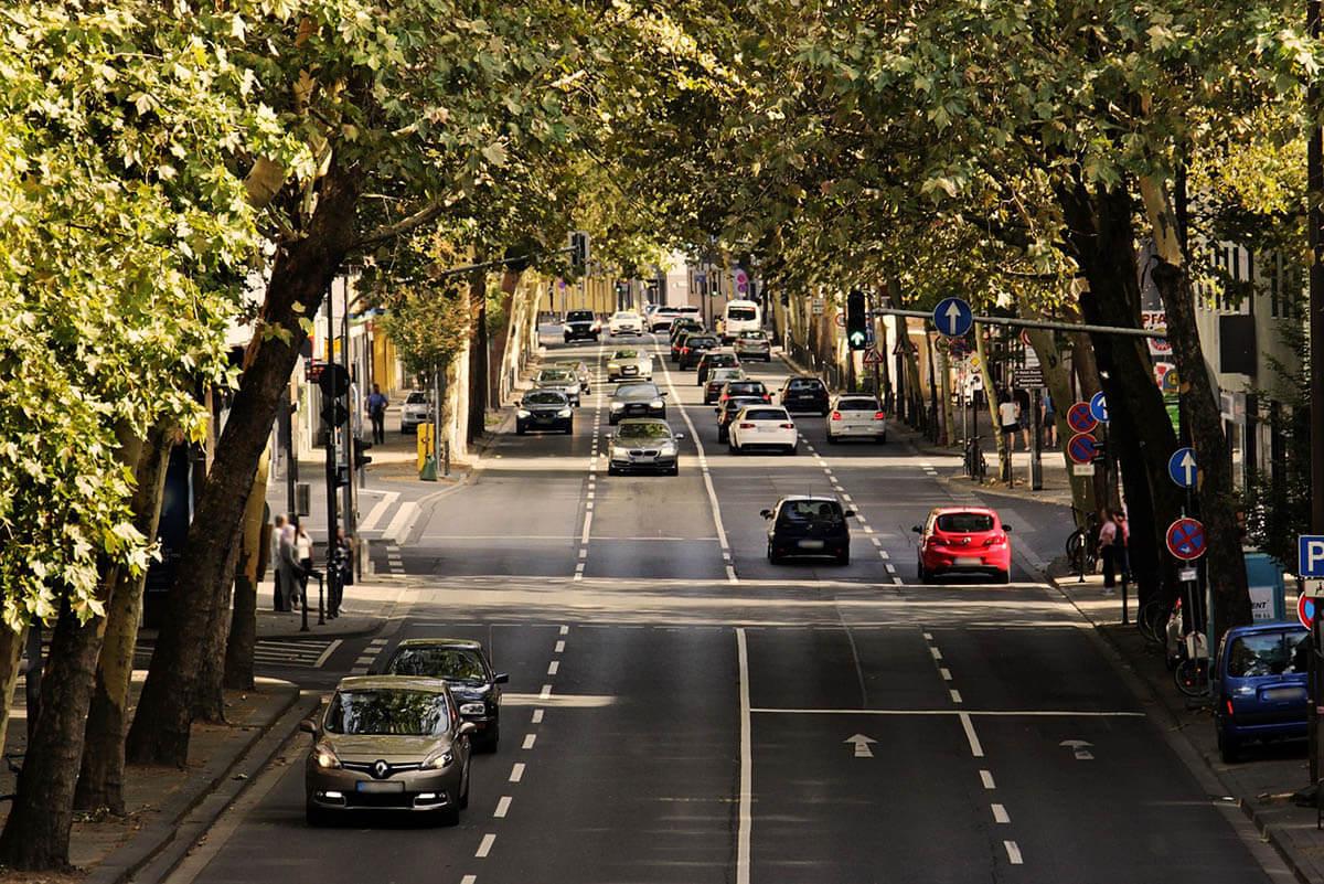 Szakértő: a vezetés közben telefonálók jogosítványát végleg be kellene vonni