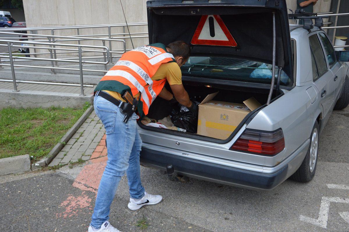 810 doboz zárjegy nélküli cigaretta került elő a Mercedesből