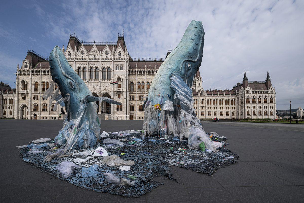 Greenpeace: életnagyságú bálnaszobrok a Parlament előtt