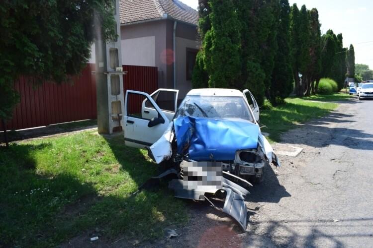 Fának ütközött egy személygépkocsi Medgyesegyházán