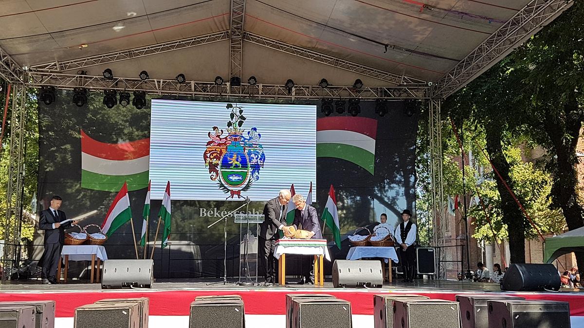 Békéscsabán zászlófelvonással és kenyérszenteléssel indult az ünnepség