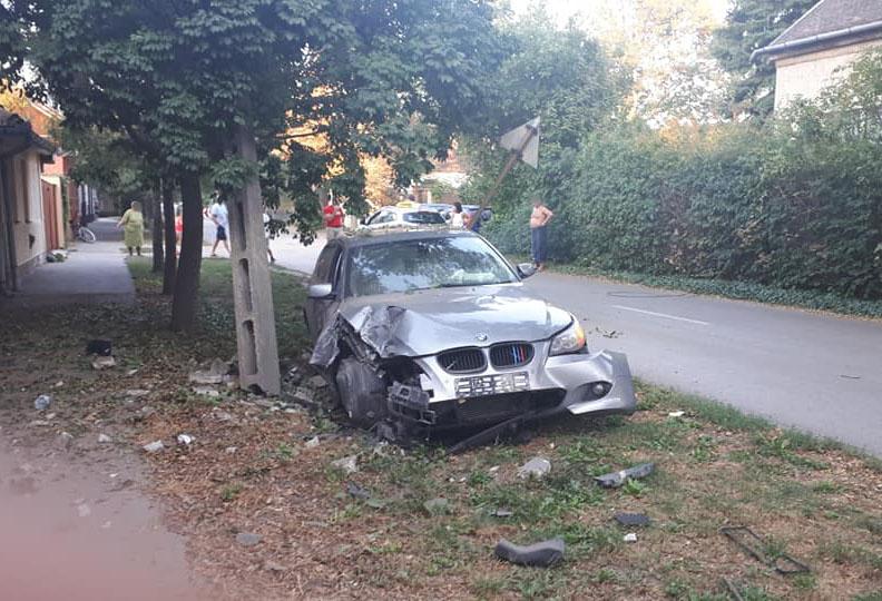 Villanyoszlopnak, majd fának csapódott egy autó Békéscsabán