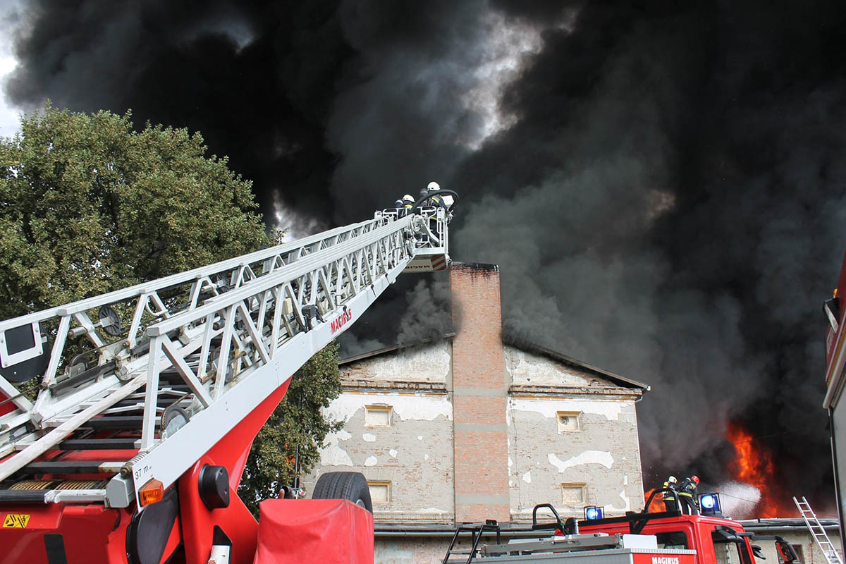 Körülhatárolták a tűzoltók a tüzet Tarhoson