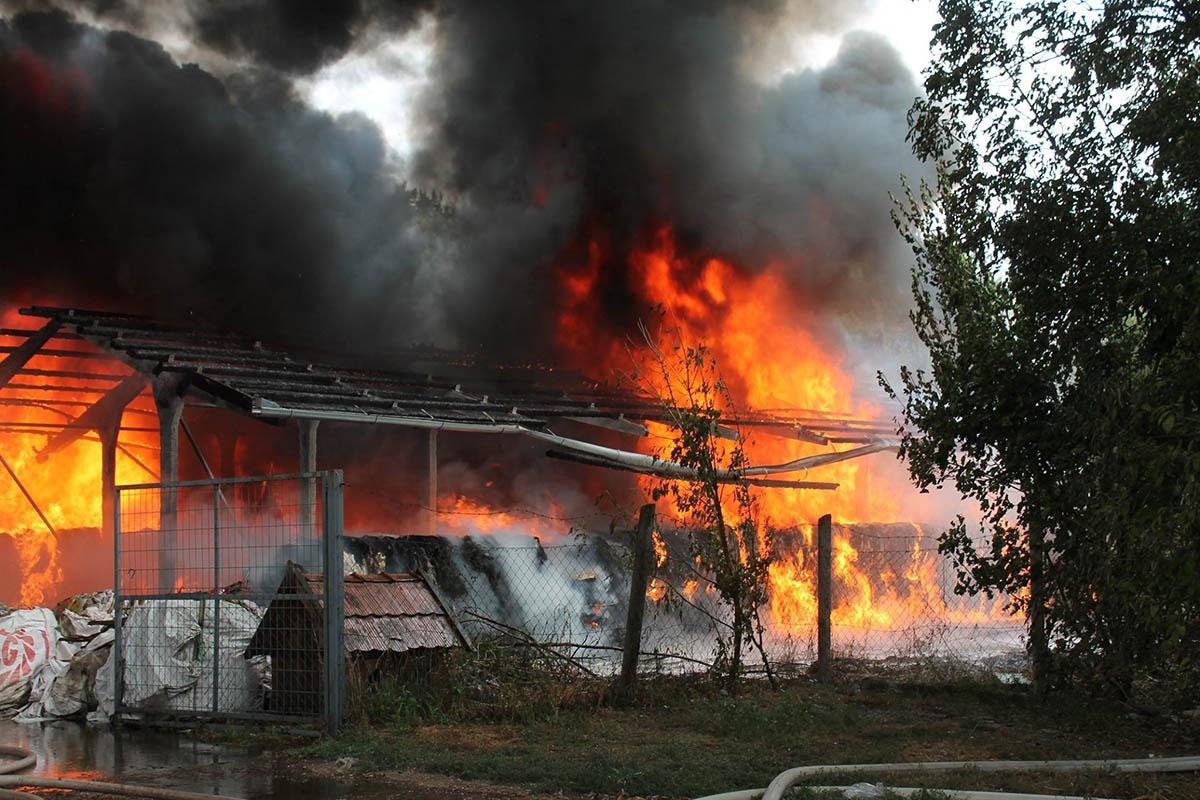 Bálázott hulladék ég Tarhoson, a tűzoltók nagy erőkkel vonultak a helyszínre