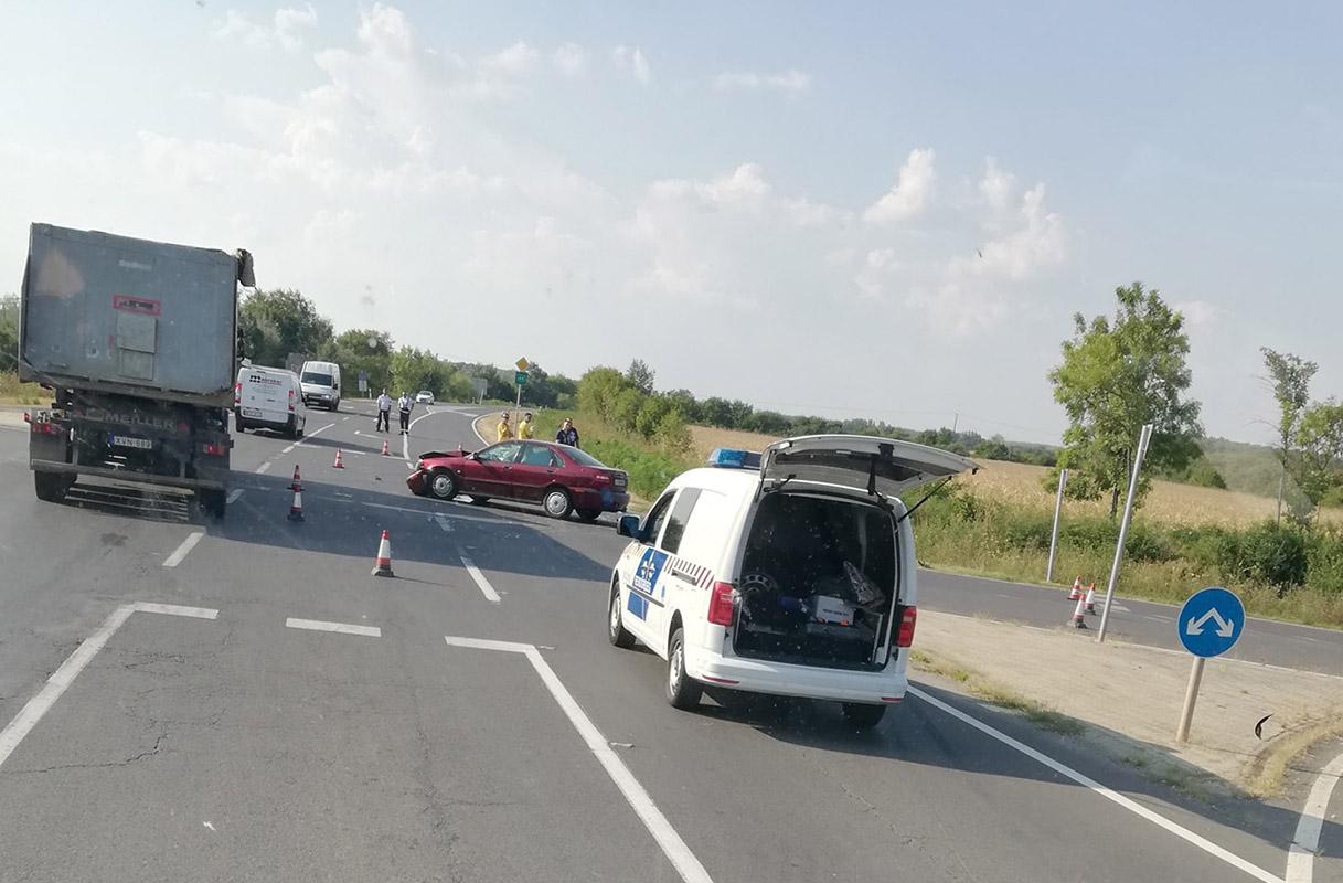 Összeütközött két autó a 44-es főúton Gyulánál