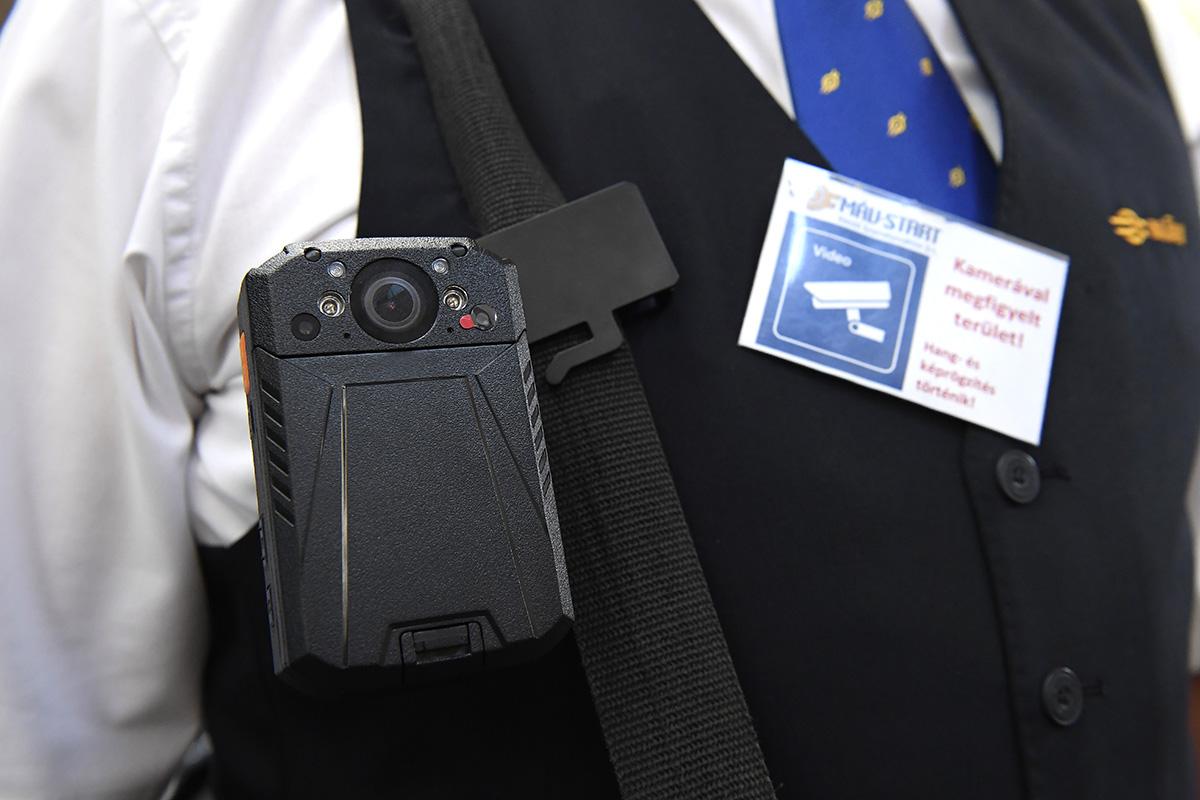 Szeptembertől 103 új testkamerát kapnak a MÁV-Start jegyellenőrei