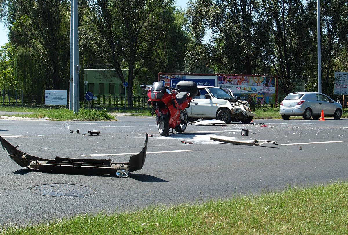 Autó és motorkerékpár ütközött össze Békéscsabán