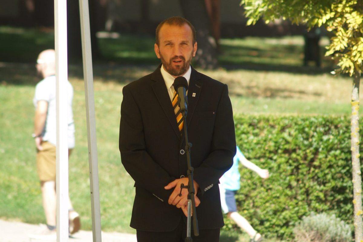 Díjakat adott át Kálmán Tibor alpolgármester a honvédelmi táborban
