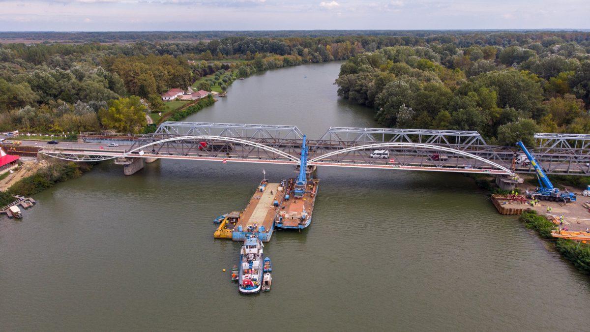 Beemelték a bicikliút Tisza-hídjának egyik utolsó elemét a végleges helyére