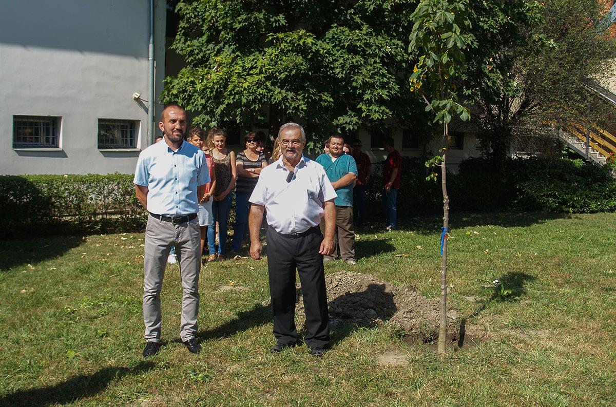 Felhívva a figyelmet a természetvédelemre, fákat ültettek Békésen