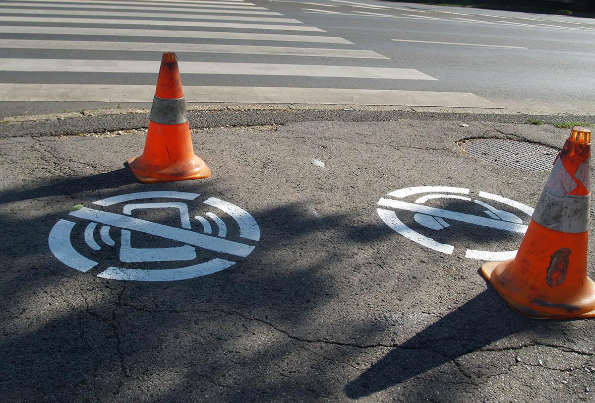 Piktogramok jelentek meg több belvárosi gyalogátkelőhelynél Békéscsabán
